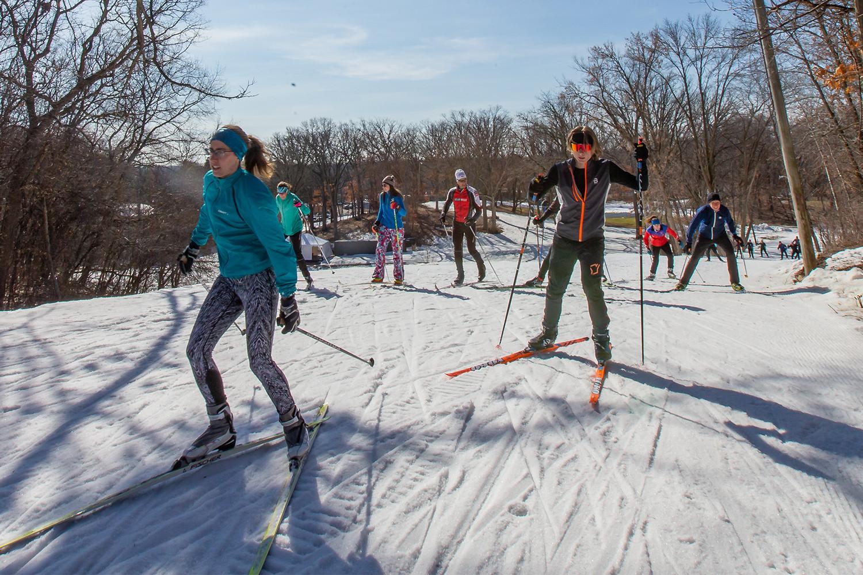 Un grupo de esquiadores en los senderos a campo traviesa de Minneapolis