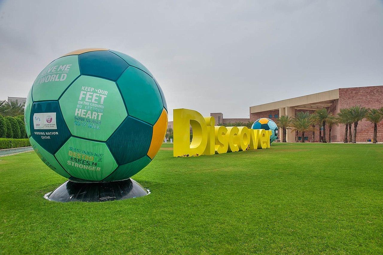 Escultura de fútbol en Qatar
