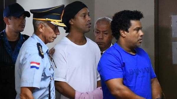 Ronaldinho odia la comida de los prisioneros y firma criminales