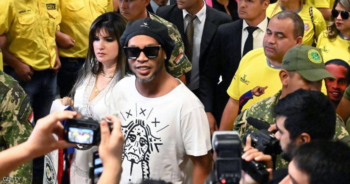 "Estrella de fútbol brasileña Ronaldinho arrestado por ""falsificación"" - Sky News Arabia"