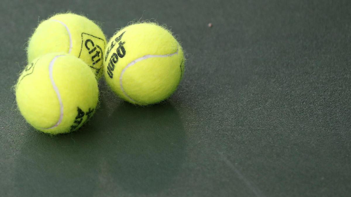 Risueñamente malo jugador de tenis compite